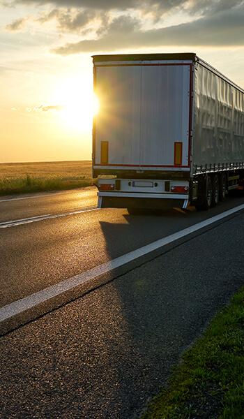 Camion sur une route de nuit
