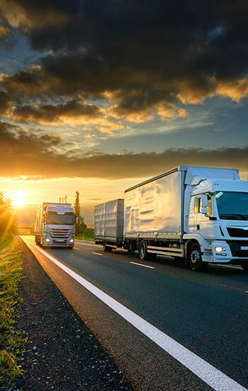 Deux camions sur la route de nuit